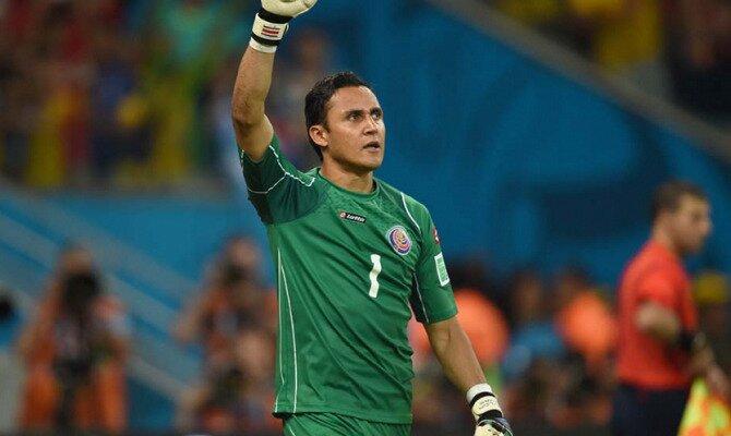 Keylor Navas saluda a la afición con el brazo en alto. Conoce las pronósticos del Brasil Vs Costa Rica.