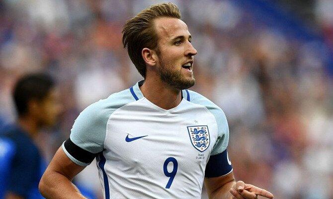 Harry Kane sonríe con la camisera de la selección de Inglaterra. Conoce las cuotas del Inglaterra Vs Bélgica.