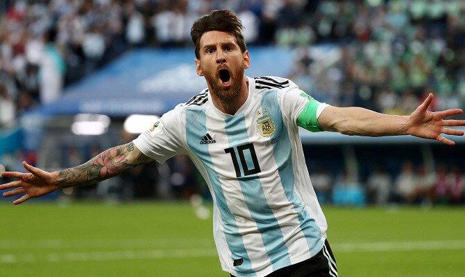 Messi extiende los brazos para celebrar un gol con Argentina. Conoce las cuotas del Francia Vs Argentina.