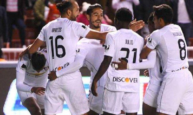Los jugadores de LDU Quito celebran un gol. Conoce las cuotas del Delfín SC vs Liga de Quito.