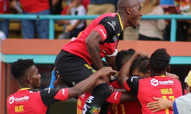 Jugadores de Jorge Wilstermann celebran un gol. Conoce las cuotas del Jorge Wilstermann Vs Deportivo Cuenca.
