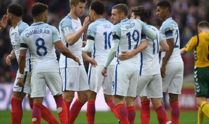 Vardy y otros jugadores de Inglaterra se abrazan. Conoce las cuotas del Croacia vs Inglaterra.