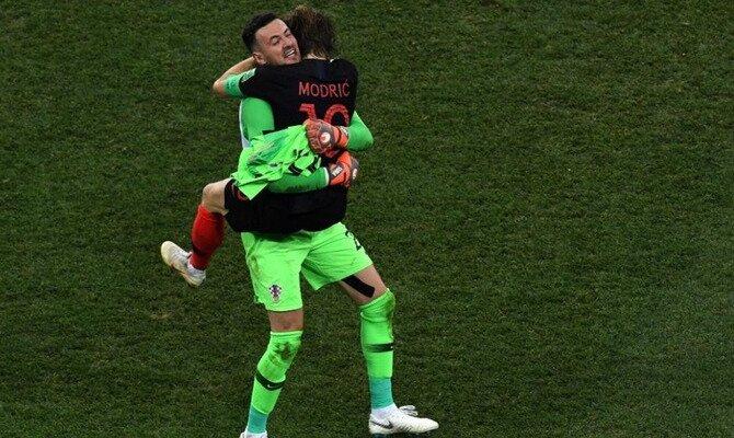 Modric se abraza con un compañero de selección. Conoce las cuotas del Rusia vs Croacia.