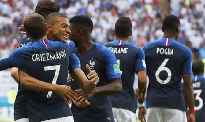 Mbappé y Griezmann se abrazan a la derecha de la imagen. Conoce las cuotas del Uruguay Vs Francia.