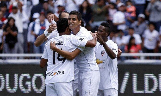 Jugadores de LDU Quito festejan un gol. Conoce las cuotas del Liga de Quito vs Vasco da Gama.