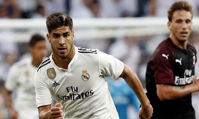 Asensio trata de alcanzar un balón. Encuentra las cuotas del Real Madrid vs Getafe FC.