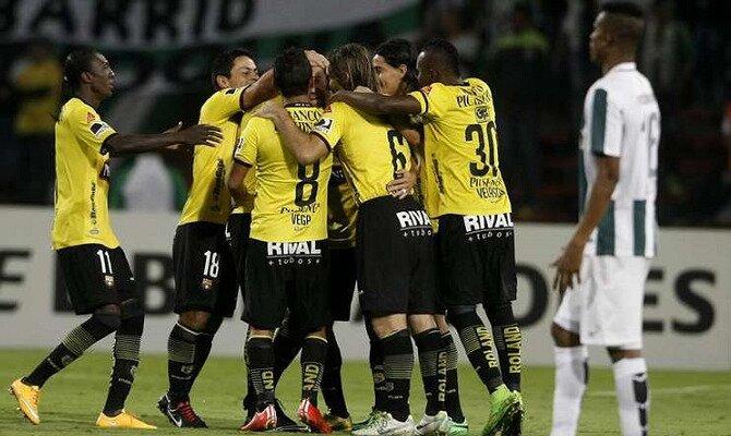 Jugadores de Barcelona SC hacen piña para celebrar un gol. Conoce los pronósticos del Deportivo Cuenca Vs Barcelona SC.