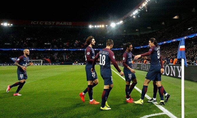 Cavani, Neymar y más jugadores celebran un gol. Conoce las cuotas del París Saint-Germain vs Mónaco.