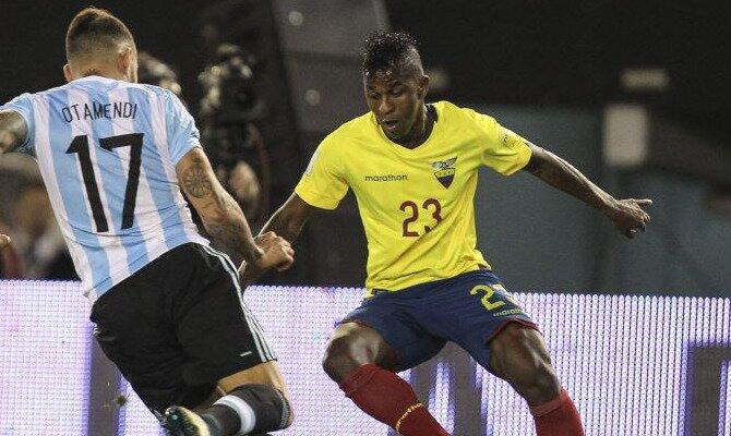 Jugadores de la selección de Ecuador y Argentina disputan un balón. Conoce los pronósticos del Jamaica Vs Ecuador.
