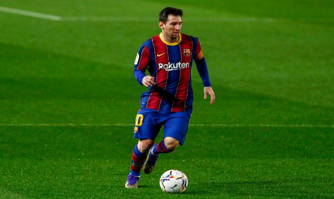 Leo Messi encara el área rival, situación que deberá repetirse para cumplr con los pronósticos en el Sevilla vs Barcelona