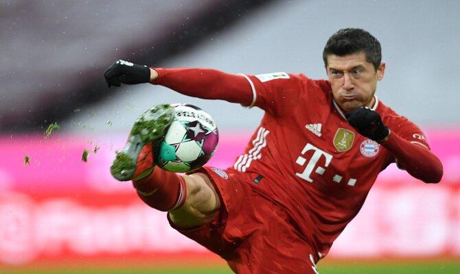 Robert Lewandowski tira a portería, acción que veremos con frecuencia en el Lazio vs Bayern Munich