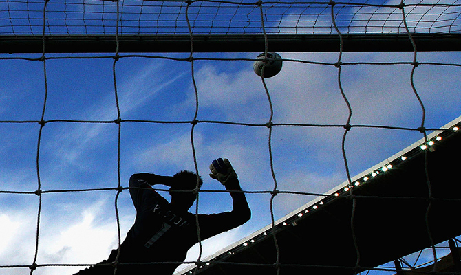 Un portero trata de detener el balón en la imagen. Revisa los picks de la jornada 3 de LigaPro