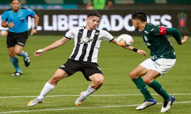 Sebastián Ferreira pelea por el balón en la imagen. Revisa nuestros picks para el Universidad Católica vs Libertad