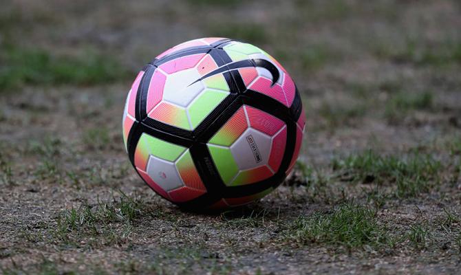 Imagen de un balón sobre el césped, el mismo que marcará las cuotas del Universidad Católica vs Liverpool de Montevideo