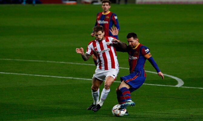 Messi e Iñigo Martínez disputan un balón. Cuotas y picks del Athletic vs Barcelona