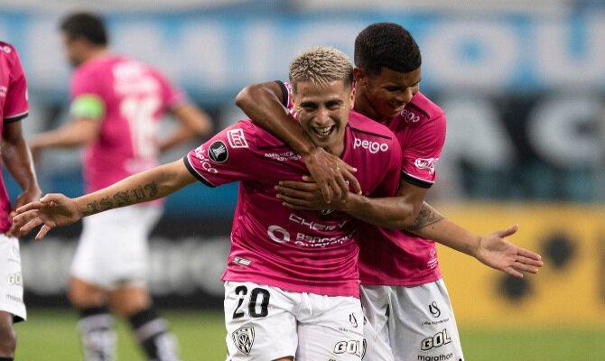 Jugadores celebran un gol en la imagen. Cuotas del Independiente Valle vs Defensa y Justicia