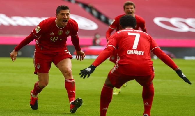 Lewandowski, a la izquierda, no podrá ayudar a cumplir los pronósticos en el Leipzig vs Bayern Munich de la jornada 27