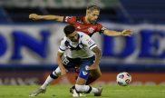 Imagen de dos jugadores luchando por el balón. Revisa los picks del LDU Quito vs Velez Sarsfield