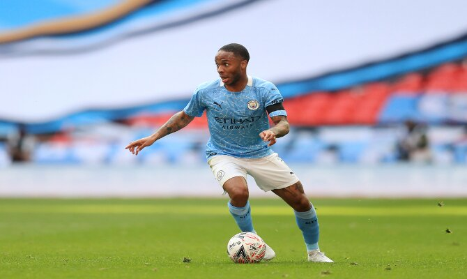 Imagen de Sterling con el balón. Picks de la final de la Carabao Cup, Manchester City vs Tottenham.