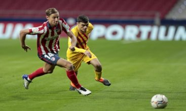 Pedri, a la derecha, persigue a Marcos Llorente. Cuotas para el Barcelona vs Atlético de LaLiga