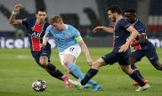 De Bruyne se marcha de sus rivales en la imagen. Picks para el Manchester City vs PSG de la UCL