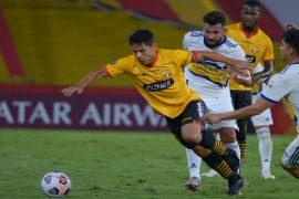 Oyola maneja el balón frente a rivales. Cuotas de la jornada 12 de LigaPro. Aquí los mejores picks
