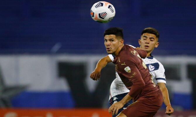 Christian Cruz lucha por el balón en la imagen. Cuotas y picks Liga de Quito vs Unión La Calera