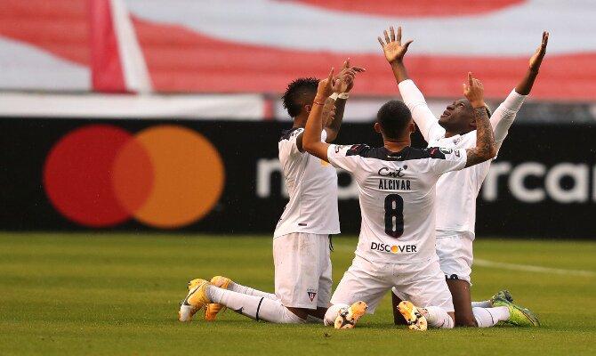 Varios jugadores celebran un gol de rodillas. Picks y cuotas de la jornada 3 de Copa Libertadores.