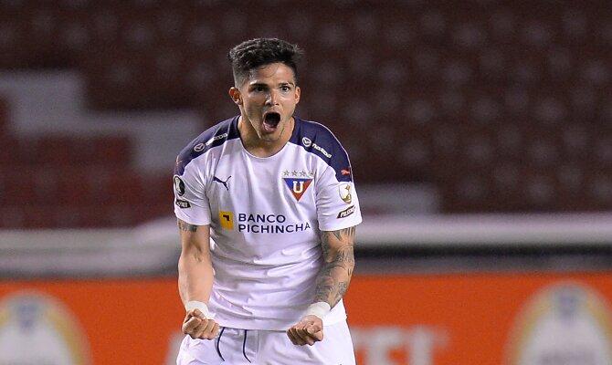 Amarilla celebra un gol en la imagen. Cuotas Velez Sarsfield vs LDU Quito. Apuesta con nosotros.