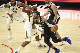 Paul George maneja el balón en la imagen. Cuotas y favoritos para ganar la NBA 2020-21.