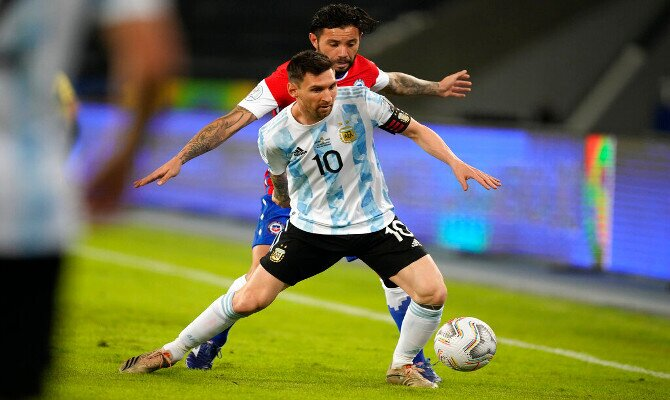 Lionel Messi lucha por el balón en la imagen. Cuotas del Argentina vs Uruguay de la Copa América.