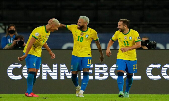 Neymar y Richarlison celebran un gol en la imagen. Cuotas Brasil vs Ecuador, Copa América 2021.