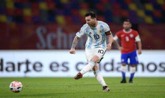 Messi se dispone a lanzar un penalti con la Albiceleste. Pronósticos y cuotas Colombia vs Argentina.