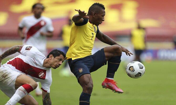 Pervis Estupiñán controla el balón en la imagen. Pronósticos Colombia vs Ecuador, Copa América 2021