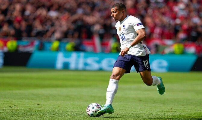 Mbappé corre con el balón en los pies. Las mejores cuotas de los octavos de final de la Euro 2020-