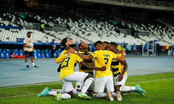 Los jugadores de la Tricolor se abrazan celebrando un gol. Cuotas Ecuador vs Perú, Copa América 2021