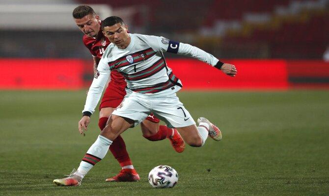 Cristiano Ronaldo intenta zafarse de un rival. Cuotas España vs Portugal Apuesta con nosotros.