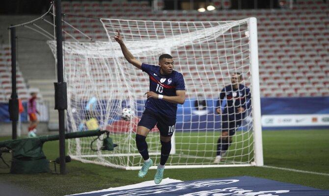 Kylian Mbappé, estrella de Francia, celebrando un gol. Cuotas Francia vs Alemania, Euro 2020