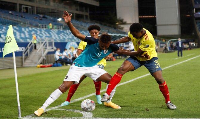 Imagen de tres jugadores peleando por el balón en el córner. Cuotas y picks Venezuela vs Ecuador.