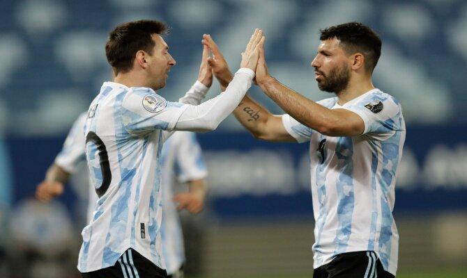 Messi y Agüero celebran un gol de la Albicelestes. Cuotas Copa América 2021, Argentina vs Ecuador.