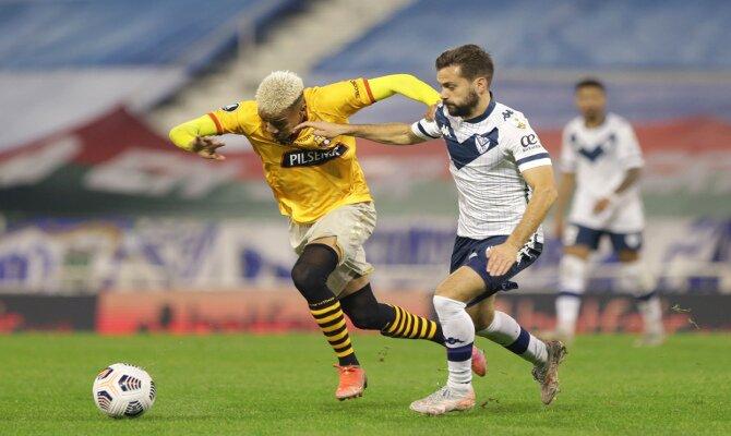 Byron Castillo pelea con un jugador de Vélez Sarsfield. Picks del Barcelona vs Vélez Sarsfield.