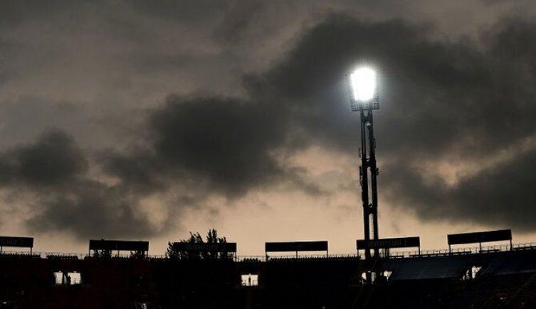 Imagen de un foco alumbrando el estadio. Picks Bragantino vs Independiente Valle, Copa Sudamericana.