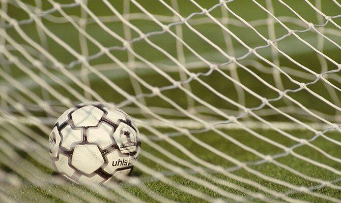 Imagen de un balón en el fondo de la portería. Revisa las mejores cuotas de la jornada 15 de LigaPro