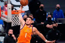 Devin Booker realiza un mate. Revisa las mejores cuotas y los pronósticos de las finales de la NBA