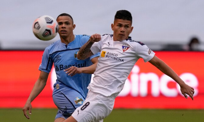 Vanderson y Alcívar pelean por un balón. Cuotas y pronósticos Gremio vs Liga de Quito.
