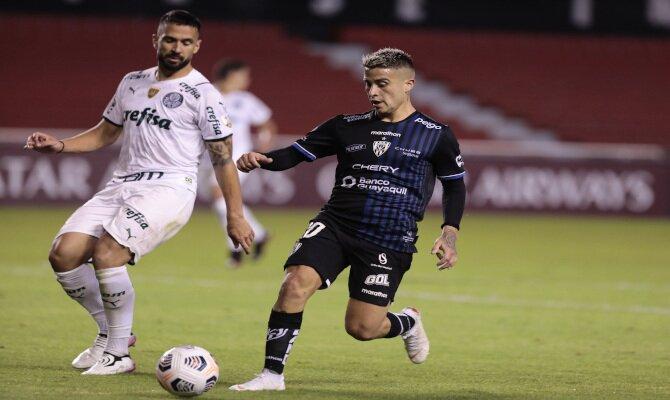Cristian Ortiz y Luan luchan por el balón. Cuotas y pronósticos Independiente Valle vs Bragantino.