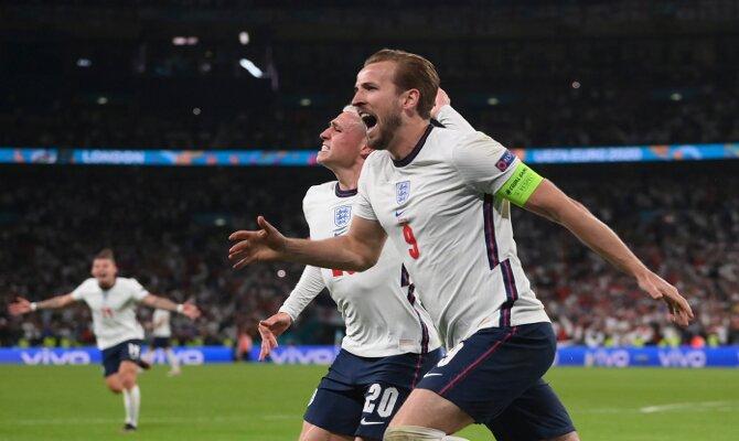 Harry Kane celebra un gol histórico para los Pross. Cuotas Italia vs Inglaterra, final Euro 2020.