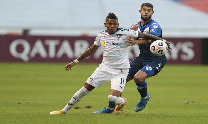 Matías de los Santos y Billy Arce luchan por el balón. Cuotas Liga de Quito vs Gremio, Libertadores.